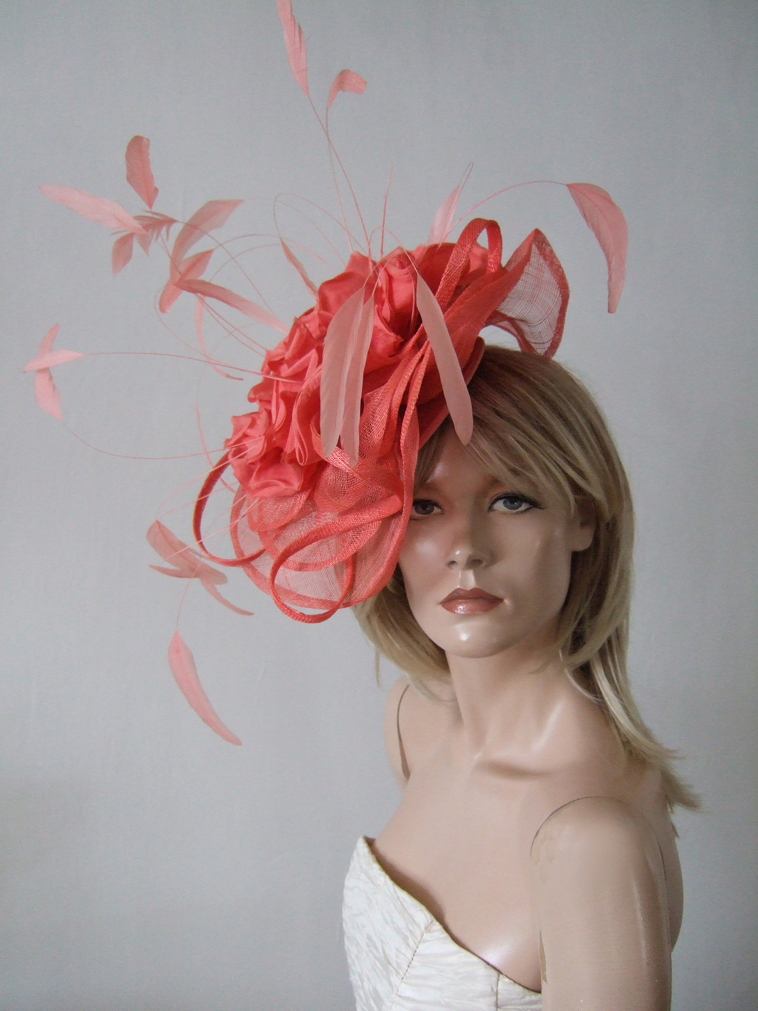 Coral Fascinator for Royal Ascot 2020. Royal Ascot Hat Rental 2020. Hat Hire Berkshire. Best Royal Ascot Hats 2020. Coral Wedding Hats for Hire 2020. Coral Hats for Mother of the Bride 2020. Royal Ascot Hat Rental. Hats to wear with a Coral dress. Formal Wedding Hats for Hire UK 2020. Amazing Hats for the Races 2020.