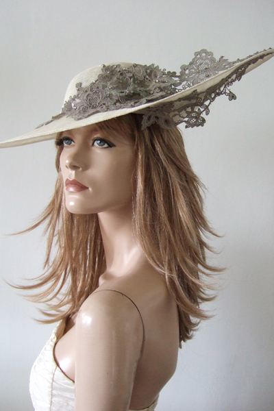Vivien Sheriff Ivory Hat, Ascot Hat Hire. Mother of the Bride Hats. Royal Ascot Hats for hire from www.dress-2-impress.com.